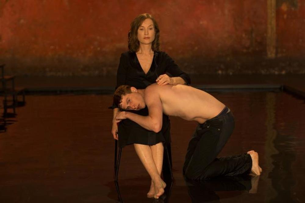 Marvin: Isabelle Huppert e Finnegan Oldfield in una scena del film