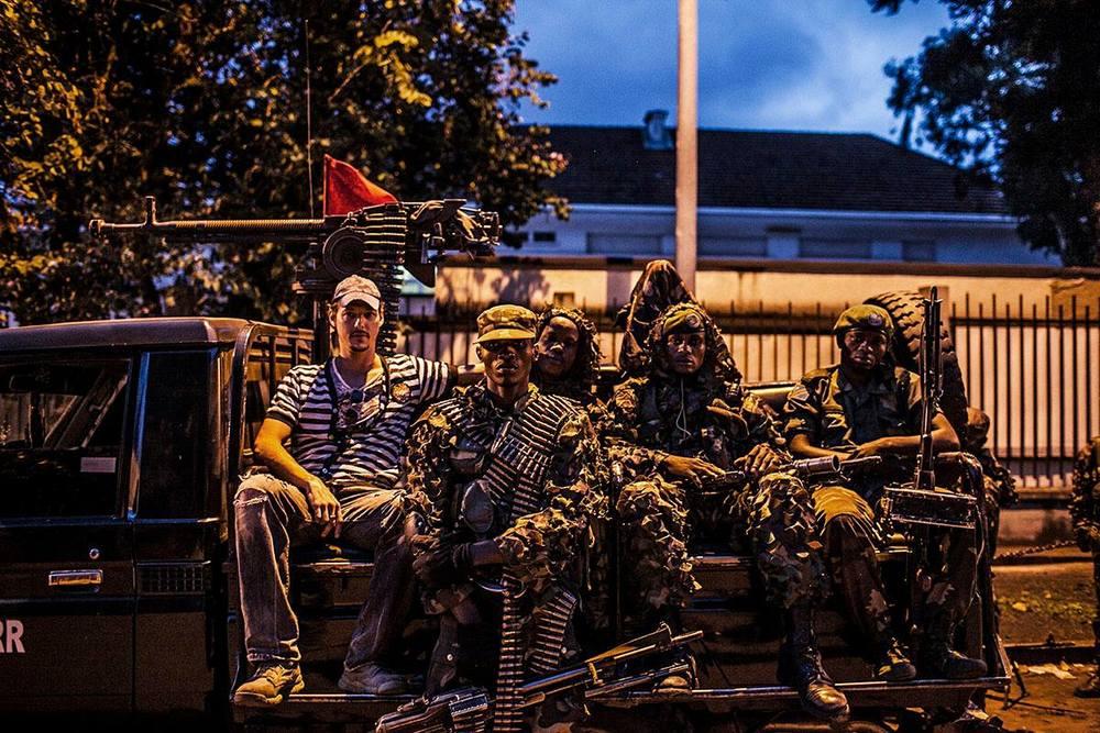 This is Congo: il regista Daniel McCabe in un'immagine di gruppo sul set del documentario