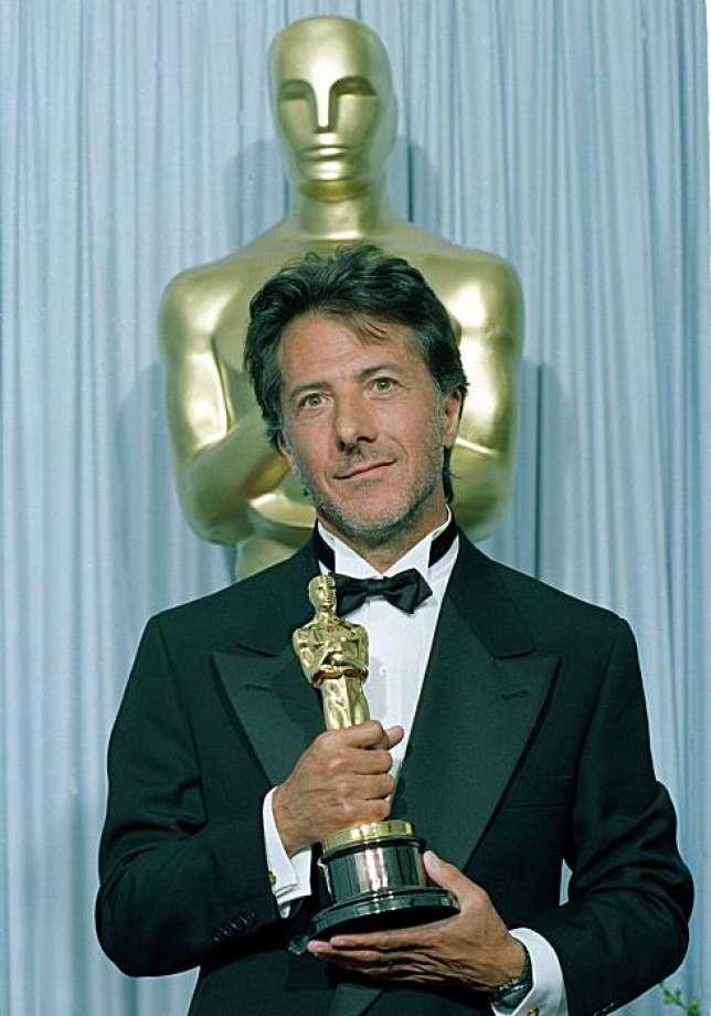Dustin Hoffman con l'Oscar vinto nel 1989 per Rain Man - L'uomo della pioggia
