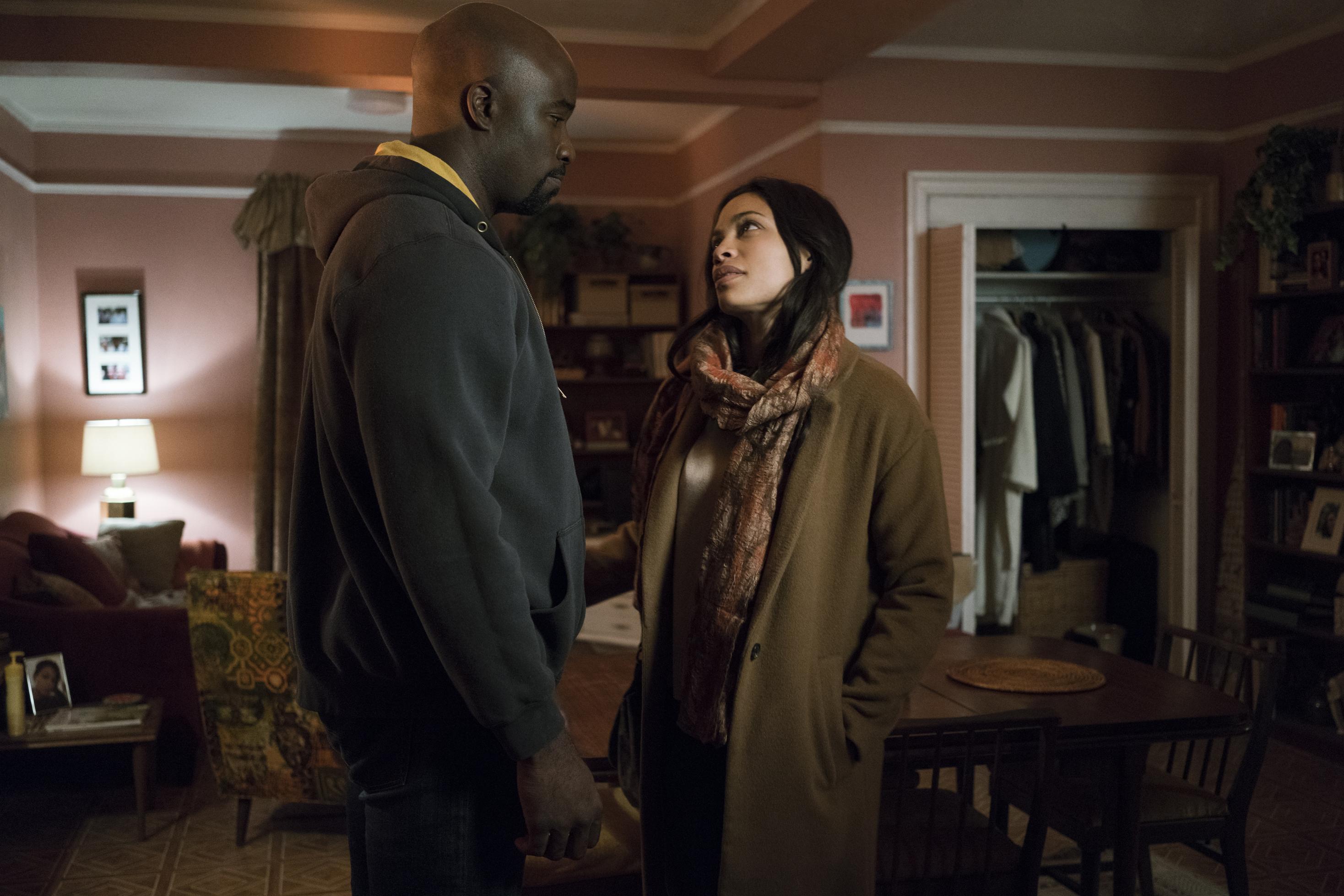 The Defenders: Rosario Dawson e Mike Coltre durante una scena