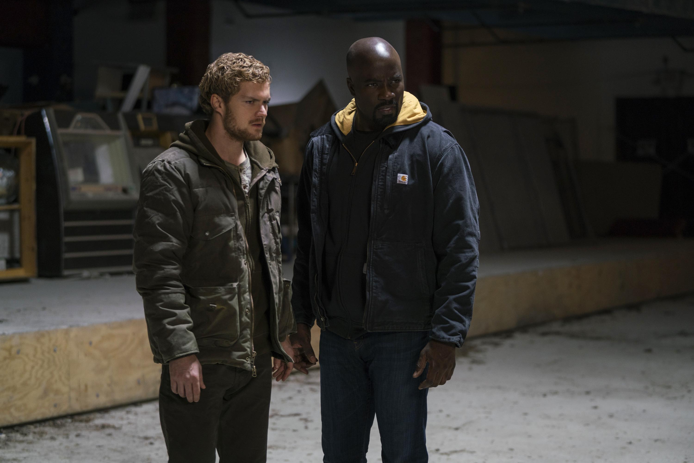 The Defenders: Mike Colter e Finn Jones in una scena