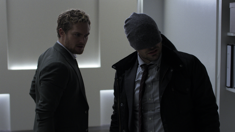 The Defenders: Finn Jones e Charlie Cox in una scena