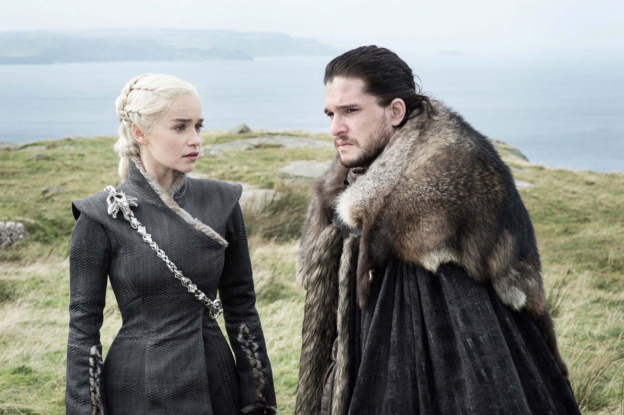 Il Trono di Spade: Emilia Clarke e Kit Harington nell'episodio Eastwatch