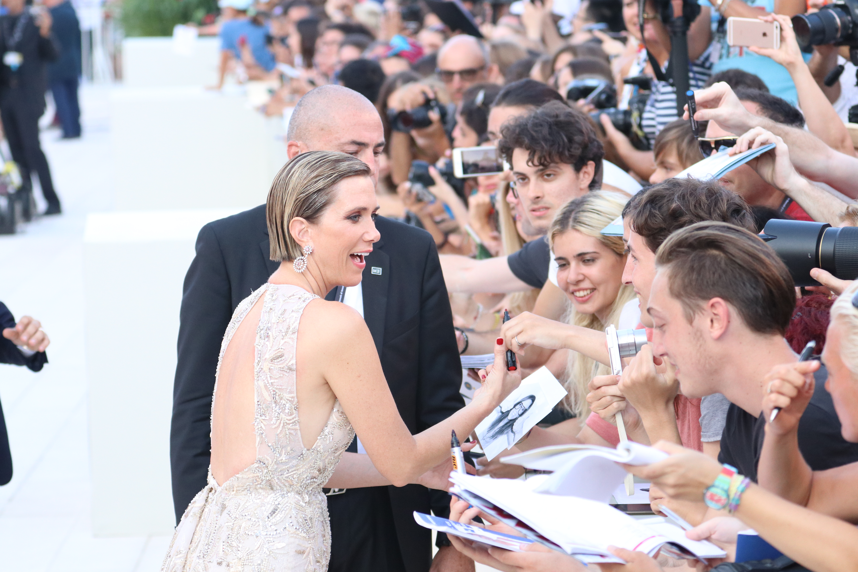 Venezia 2017: Kristen Wiig firma autografi sul red carpet inaugurale