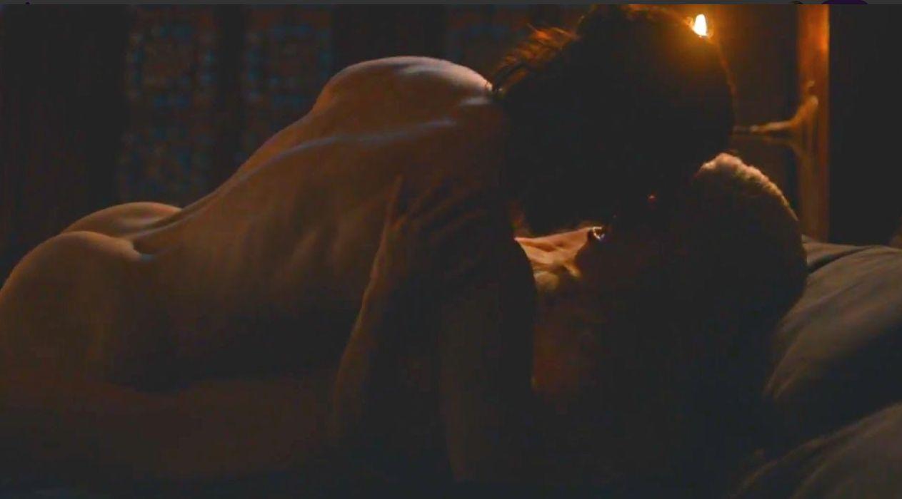 Il Trono di Spade 7: Kit Harington ed Emilia Clarke in una scena calda del finale