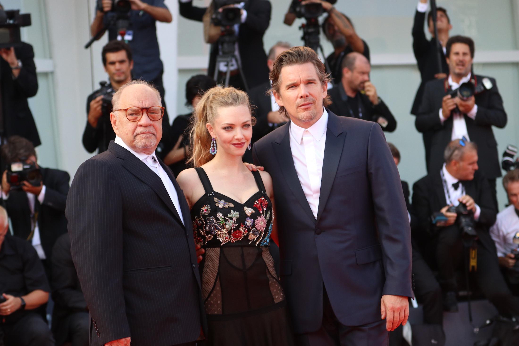 Venezia 2017: Ethan Hawk, Amanda Seyfried e Paul Schrader sul red carpet di First Reformed