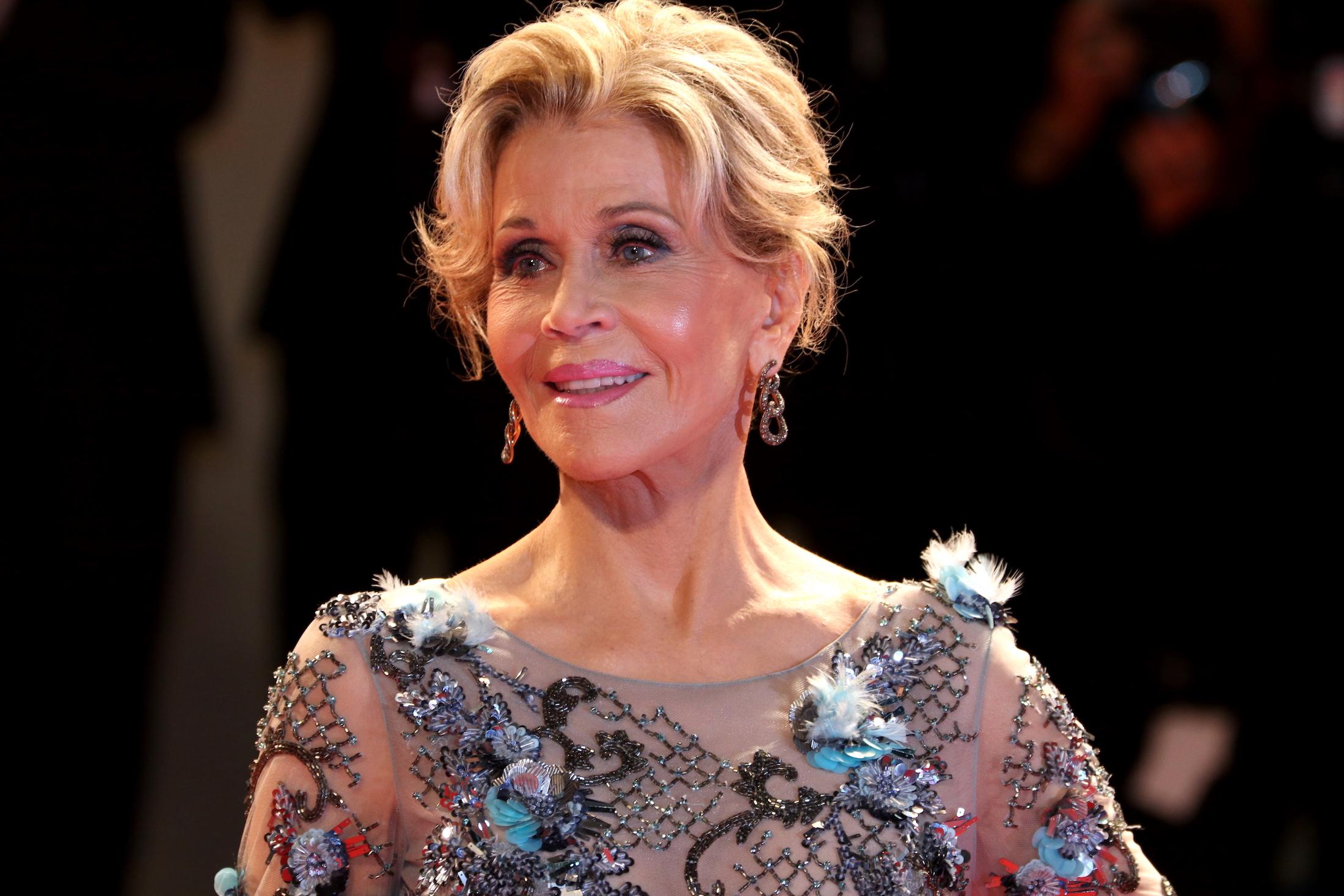 Venezia 2017: un primo piano di Jane Fonda sul red carpet per il leone d'oro alla carriera