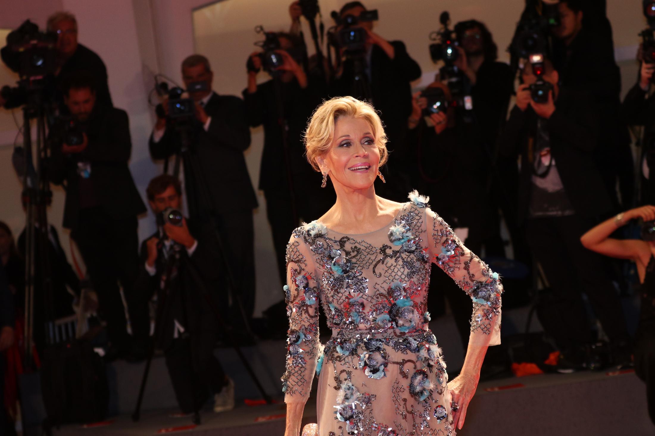 Venezia 2017: uno scatto di Jane Fonda sul red carpet per il leone d'oro alla carriera