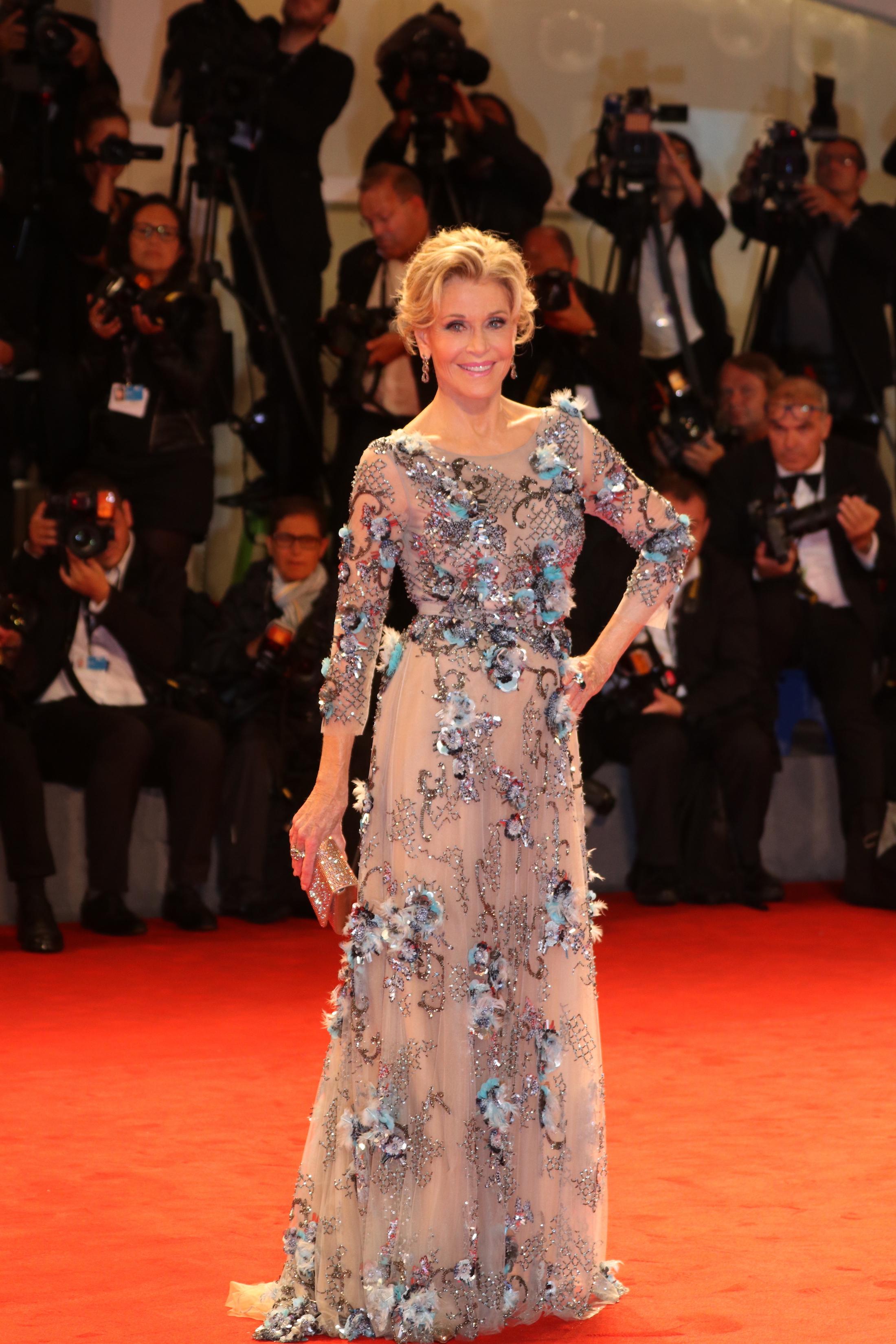 Venezia 2017: Jane Fonda in posa sul red carpet per il leone d'oro alla carriera
