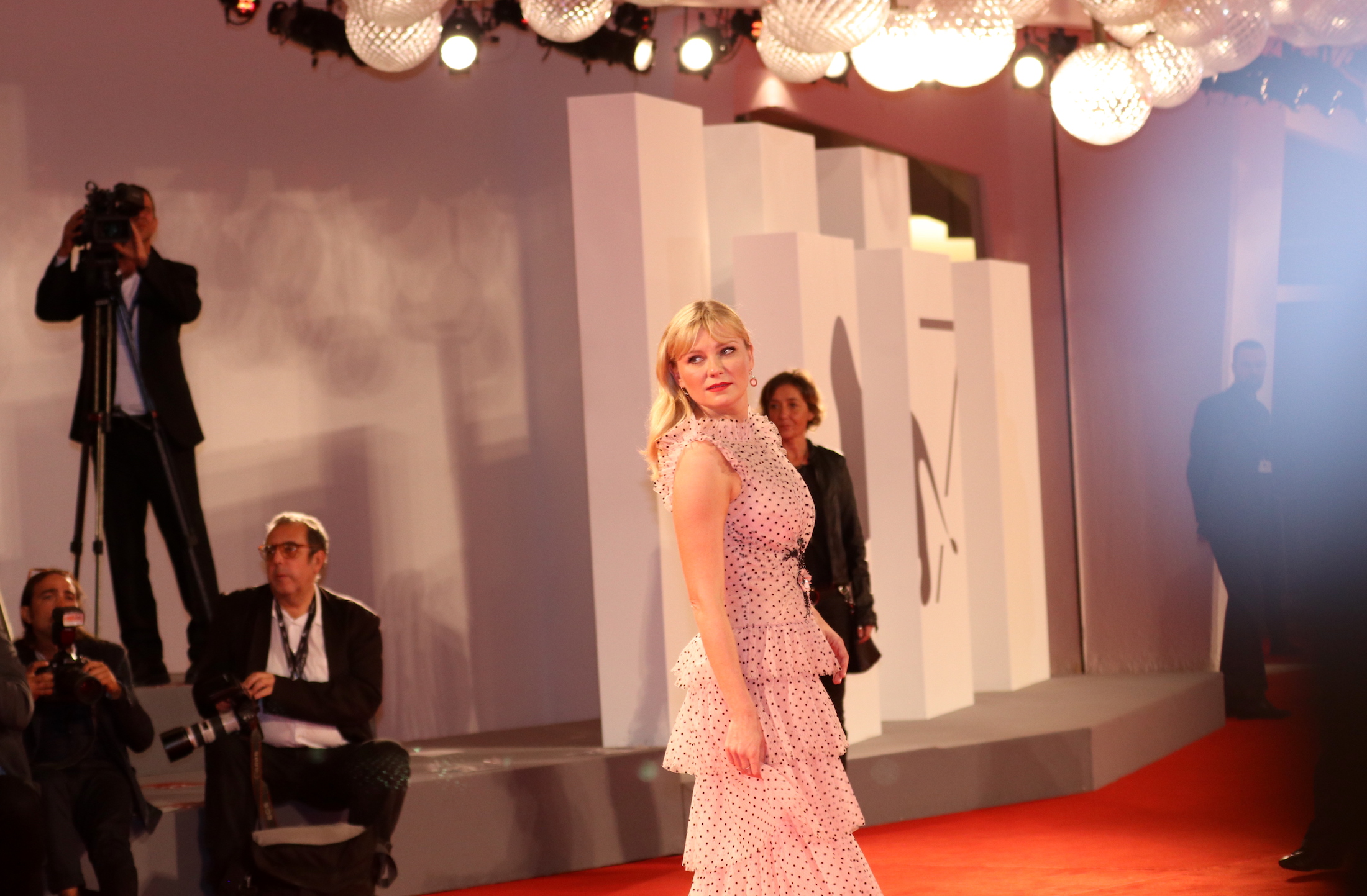 Venezia 2017: Kirsten Dunst posa sul red carpet di Woodshock