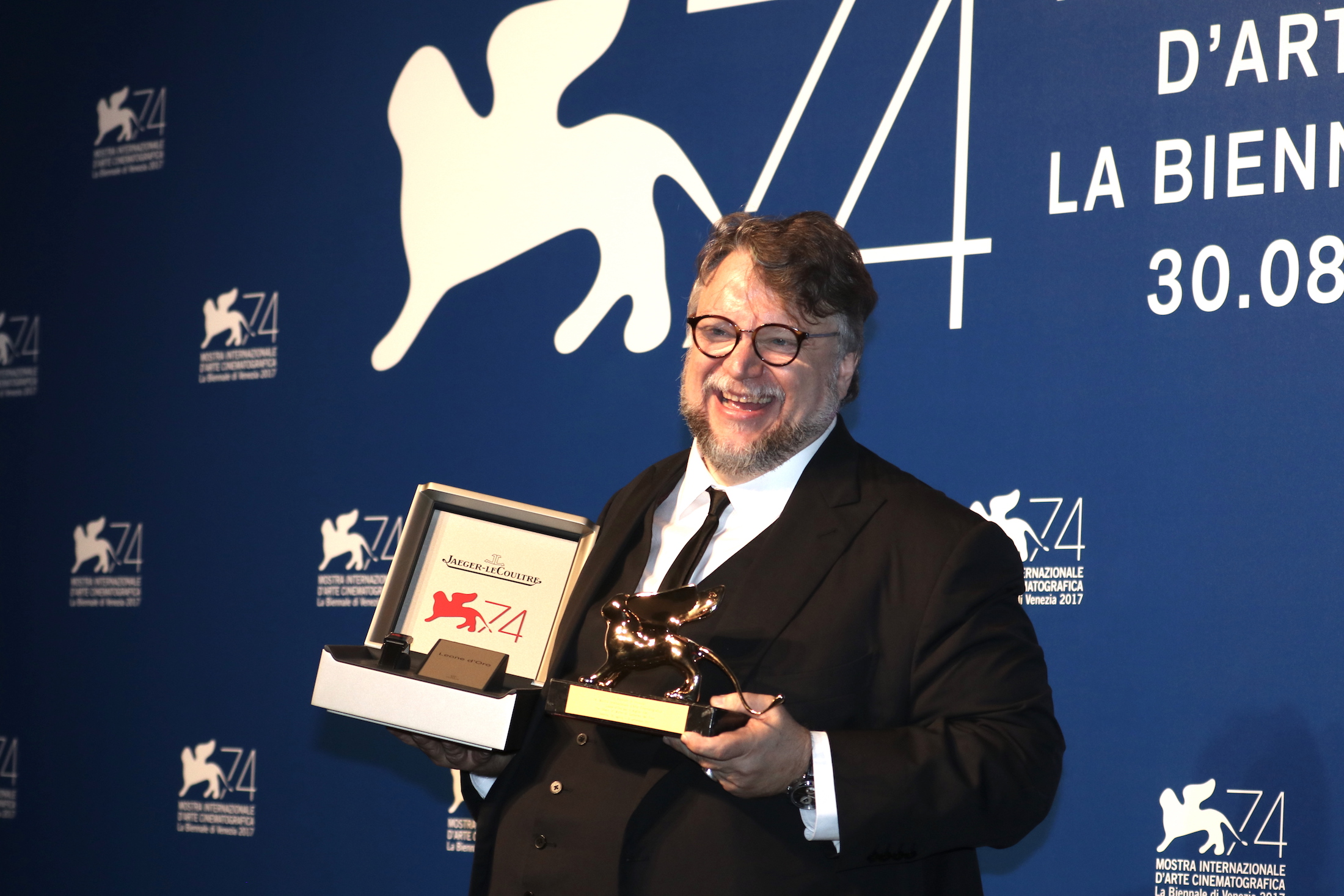 Venezia 2017: un sorridente Guillermo del Toro al photocall dei premiati