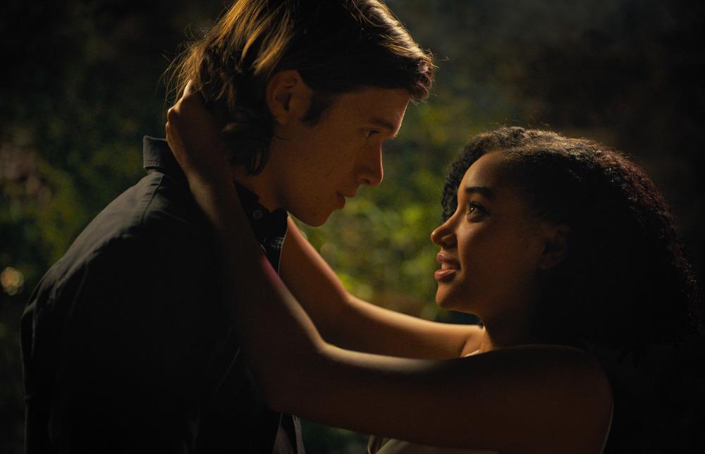 Noi siamo tutto: Amandla Stenberg e Nick Robinson in una scena del film