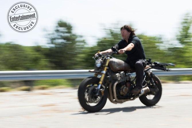 The Walking Dead: Norman Reedus in una foto dell'ottava stagione