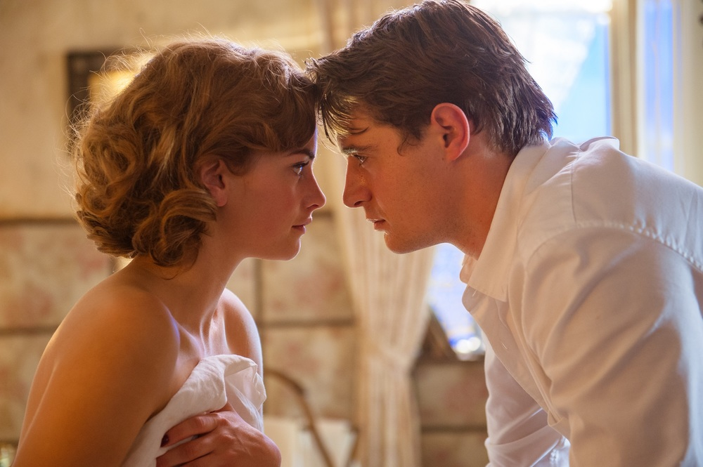 Mistero a Crooked House: Stefanie Martini e Max Irons in una scena del film