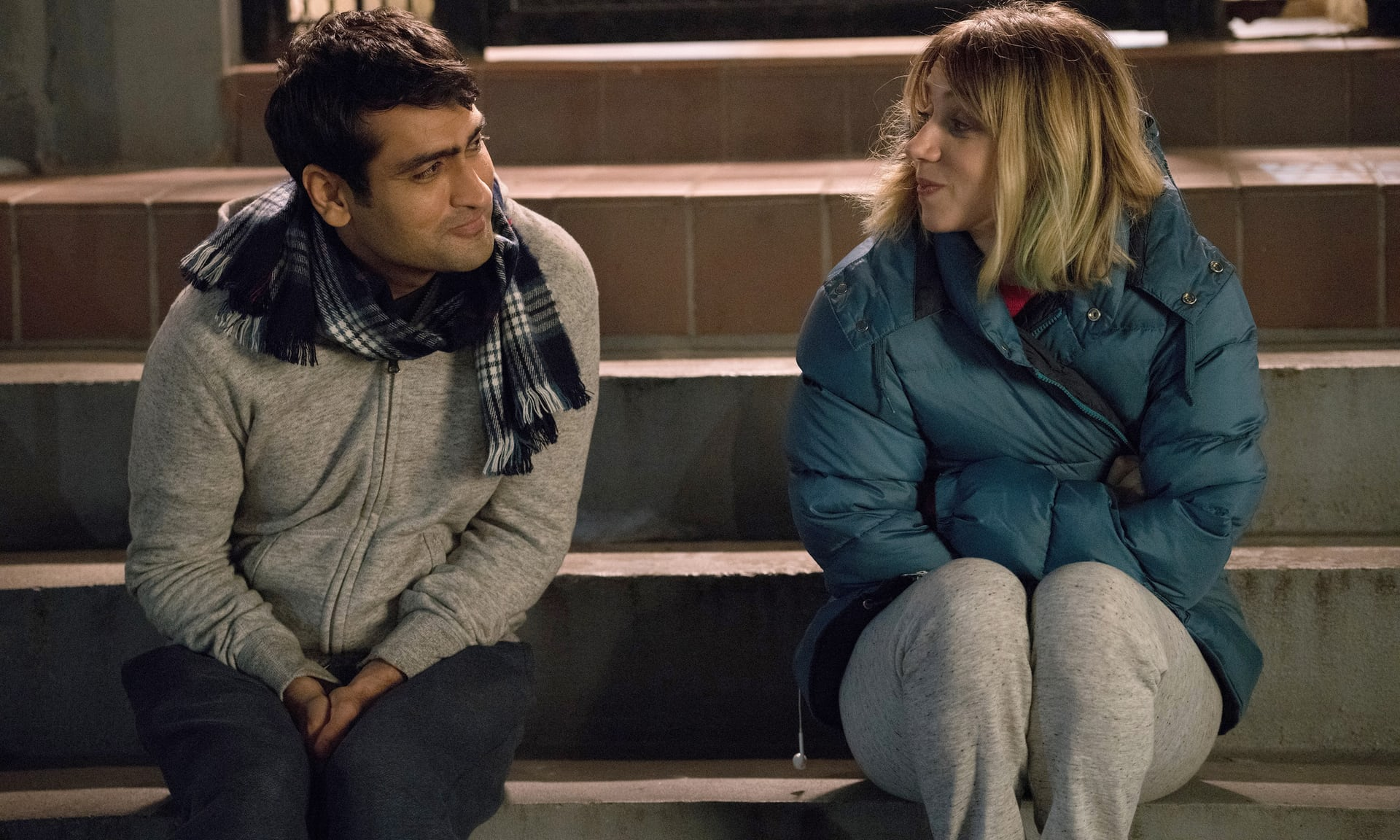 The Big Sick: Kumail Nanjiani e Zoe Kazan seduti sugli scalini