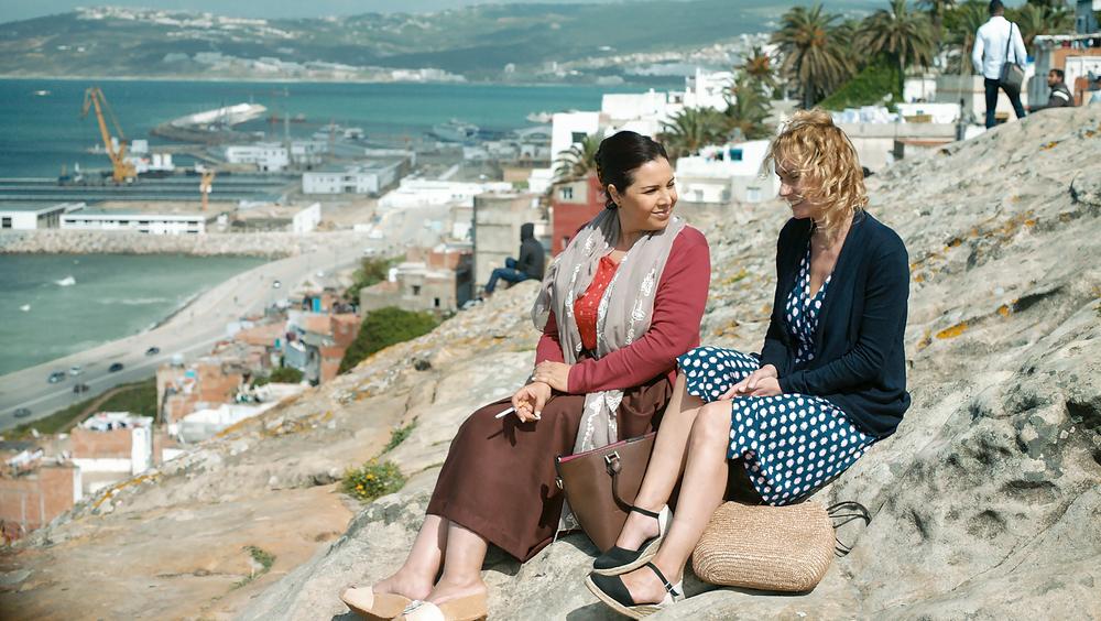 Catch the Wind: Sandrine Bonnaire e Mouna Fettou in una scena del film