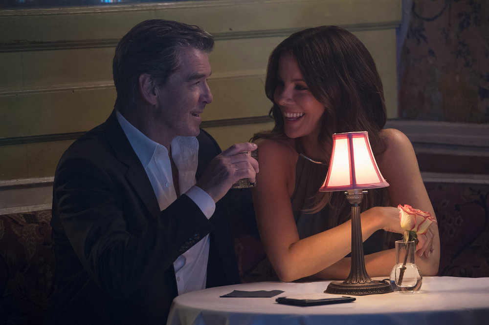 The Only Living Boy in New York: Pierce Brosnan e Kate Beckinsale in una scena del film