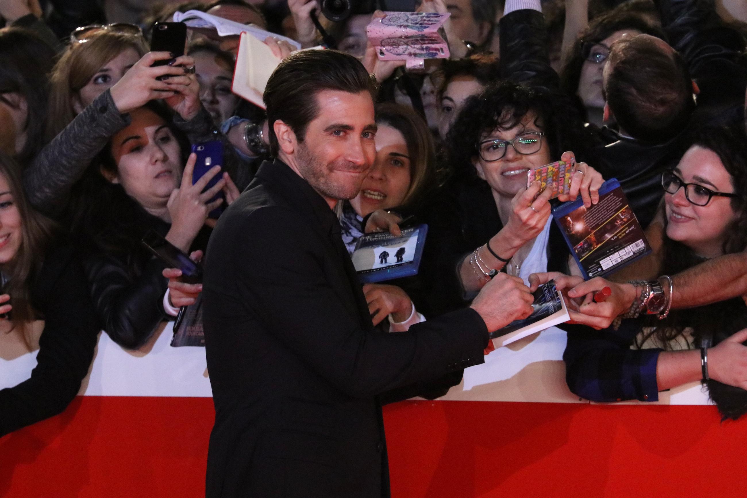 Roma 2017: Jake Gyllenhaal firma autografi sul red carpet di Stronger