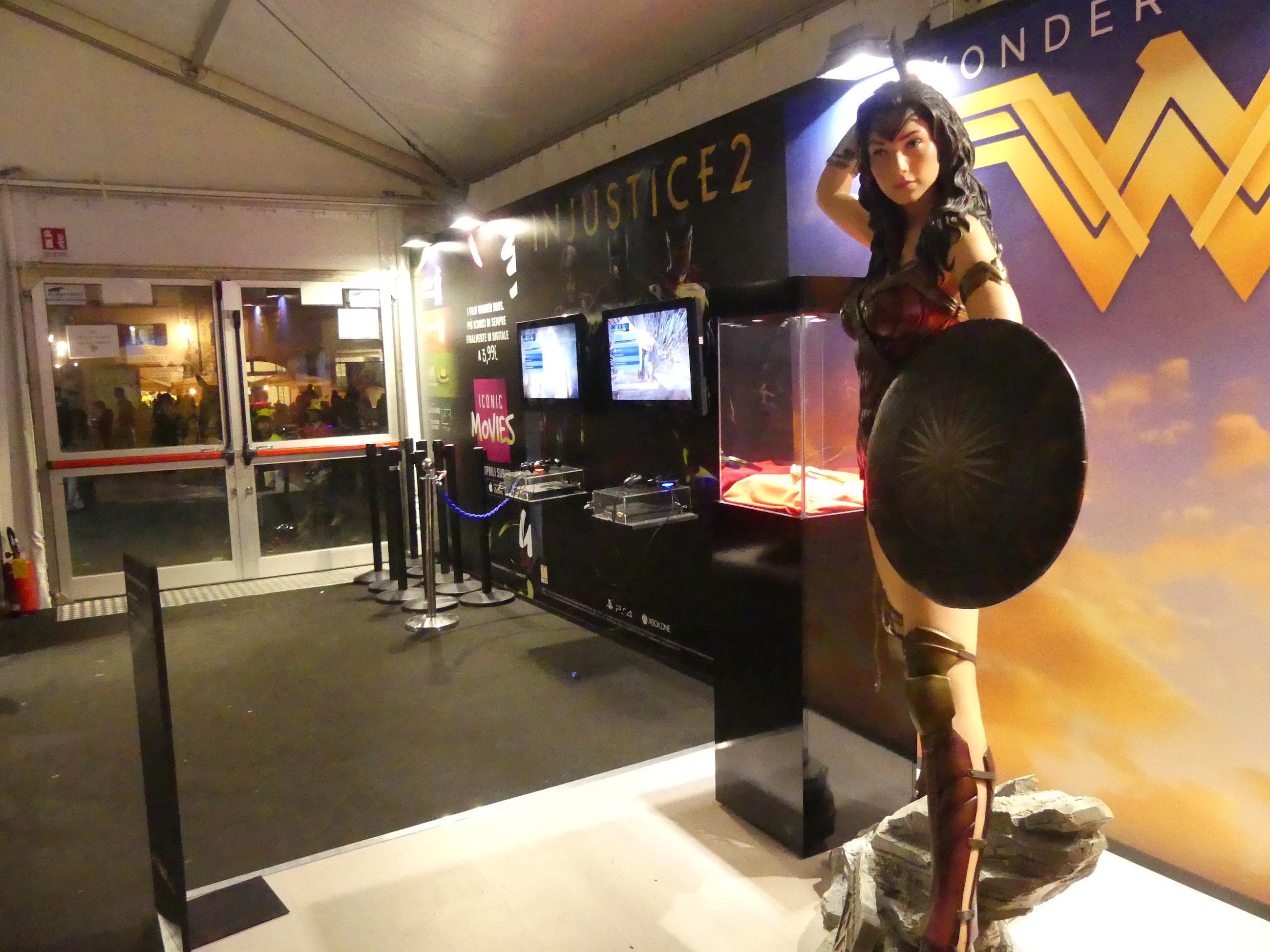 Lucca 2017: statua di Wonder Woman allo stand Warner