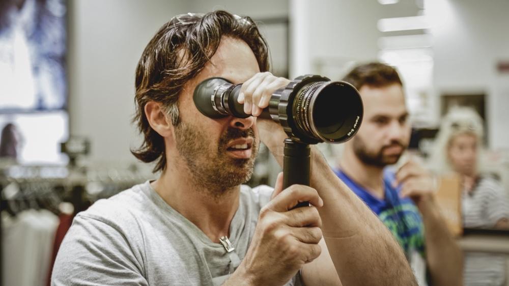 L'età imperfetta: il regista Ulisse Lendaro sul set del film