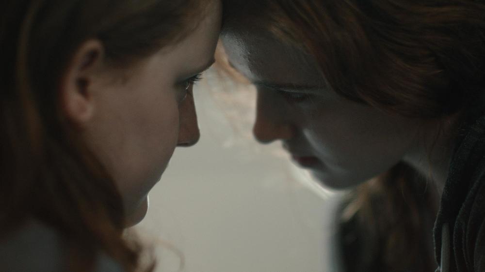 My Skinny Sister: Amy Diamond e Rebecka Josephson in una scena del film