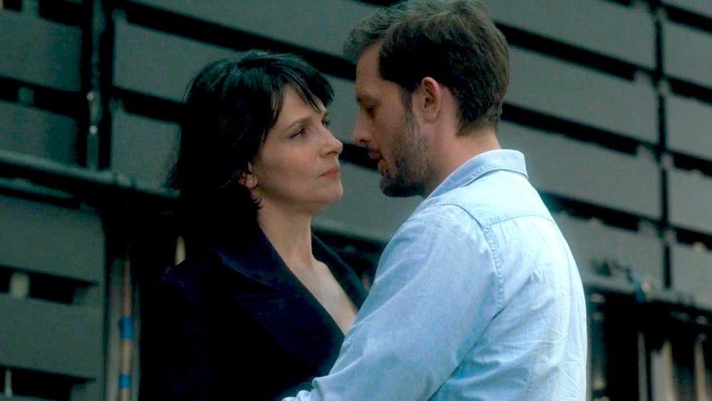 Let the Sunshine In: Juliette Binoche e Nicolas Duvauchelle in un momento del film