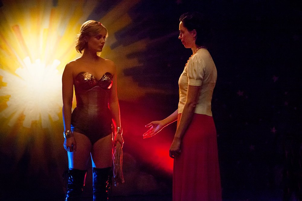 Professor Marston & The Wonder Women: Bella Heathcote e Rebecca Hall in una scena del film
