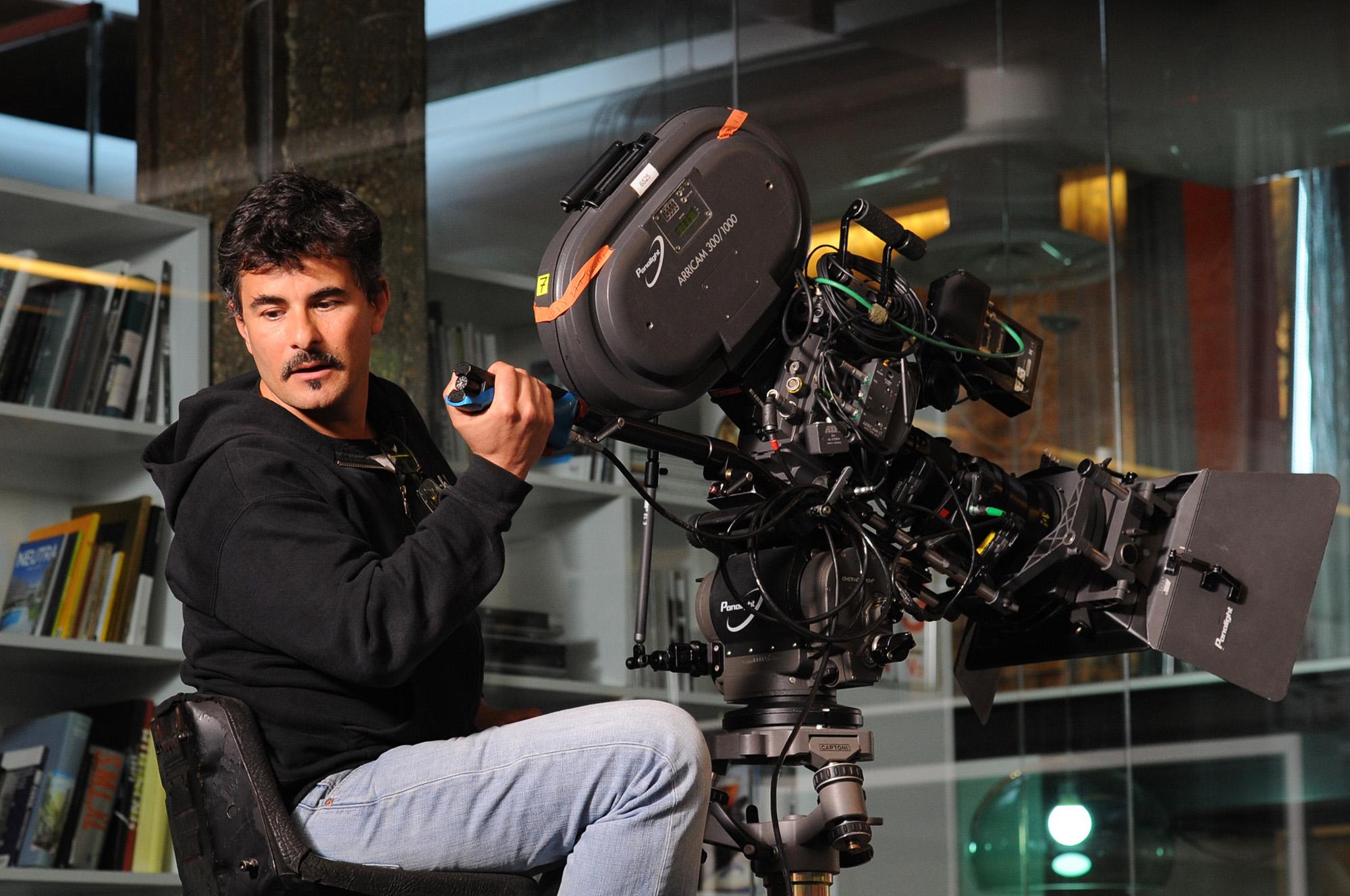 Il regista Paolo Genovese con la sua macchina da presa sul set di Immaturi - Il viaggio