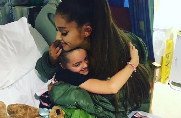 Ariana Grande abbraccia una delle piccole sopravvissute all'attentato al Manchester Arena, 2017