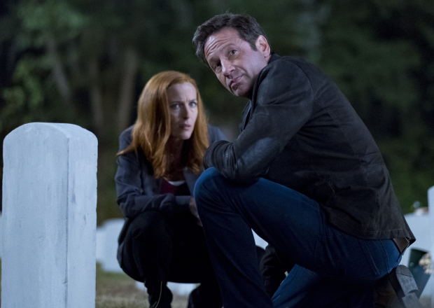 "X-Files: David Duchovny insieme a Gillian Anderson in una scena dell'episodio ""This"""