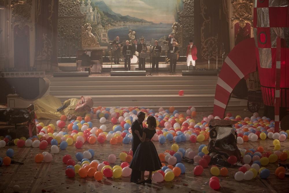 Il filo nascosto: Daniel Day-Lewis e Vicky Krieps in un'immagine del film