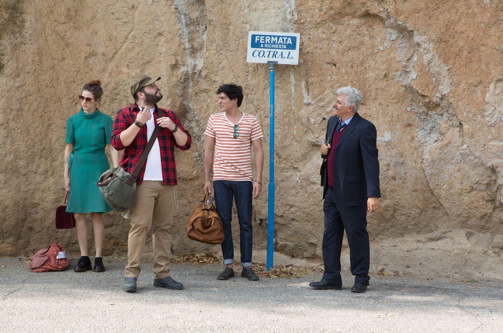 Puoi baciare lo sposo: Diana Del Bufalo, Salvatore Esposito, Cristiano Caccamo, Dino Abbrescia in un momento del film