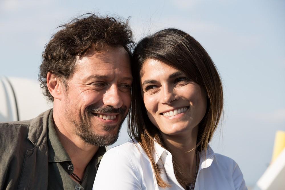 A casa tutti bene: Stefano Accorsi e Valeria Solarino in una scena del film