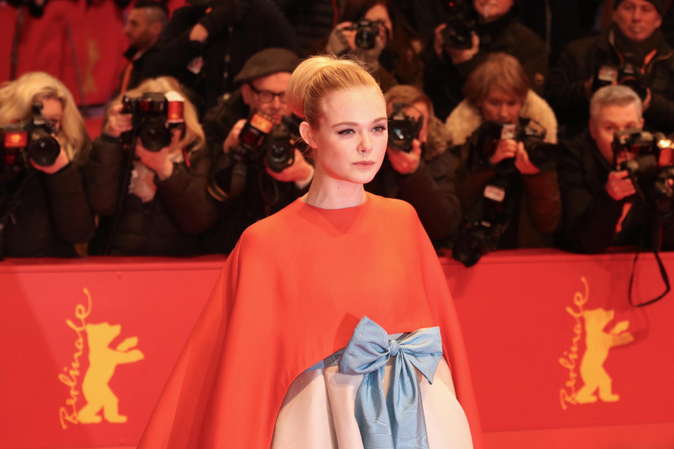 Berlino 2018: uno scatto di Elle Fanning sul red carpet di apertura