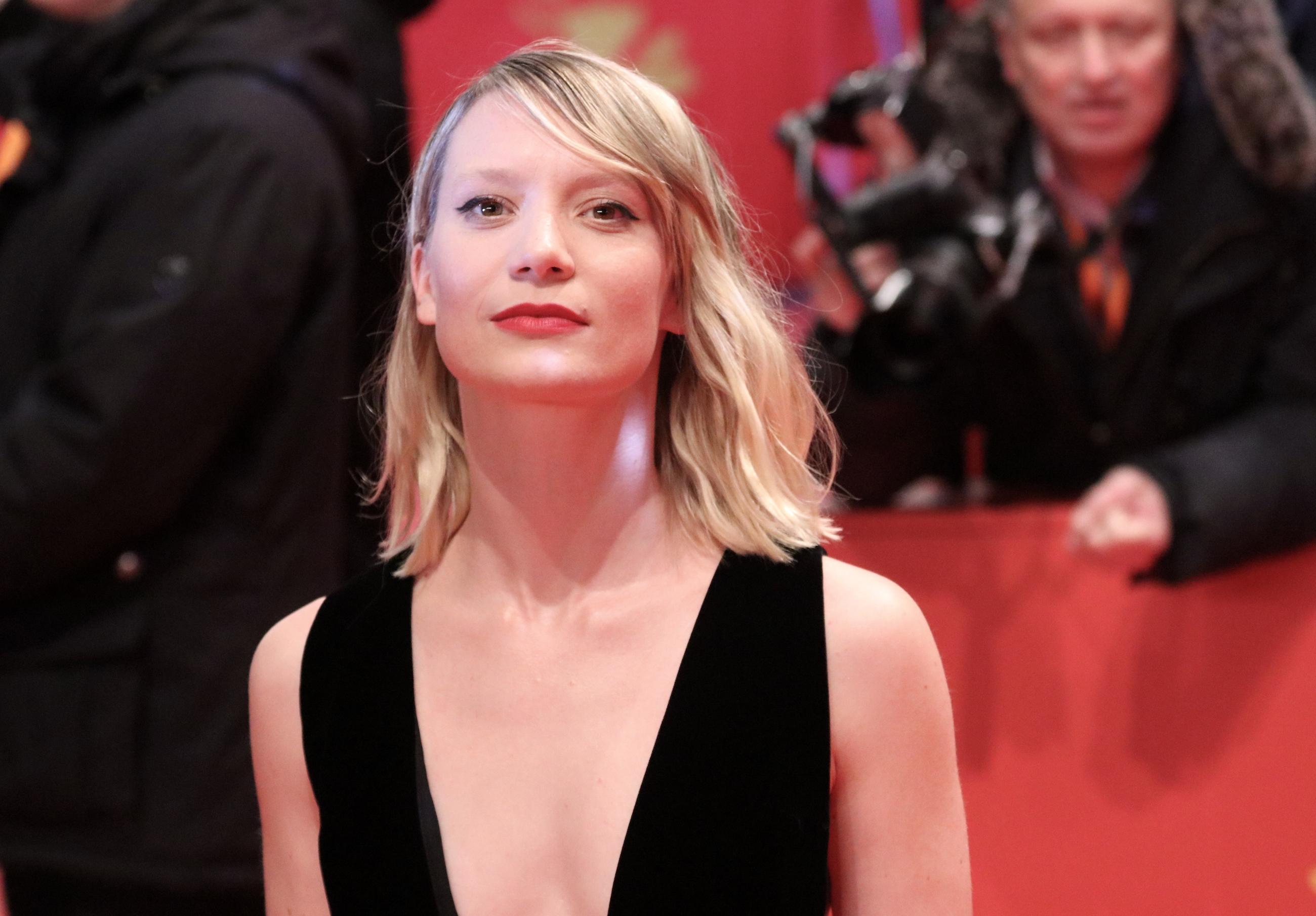 Berlino 2018: l'affascinante Mia Wasikowska sul red carpet di Damsel