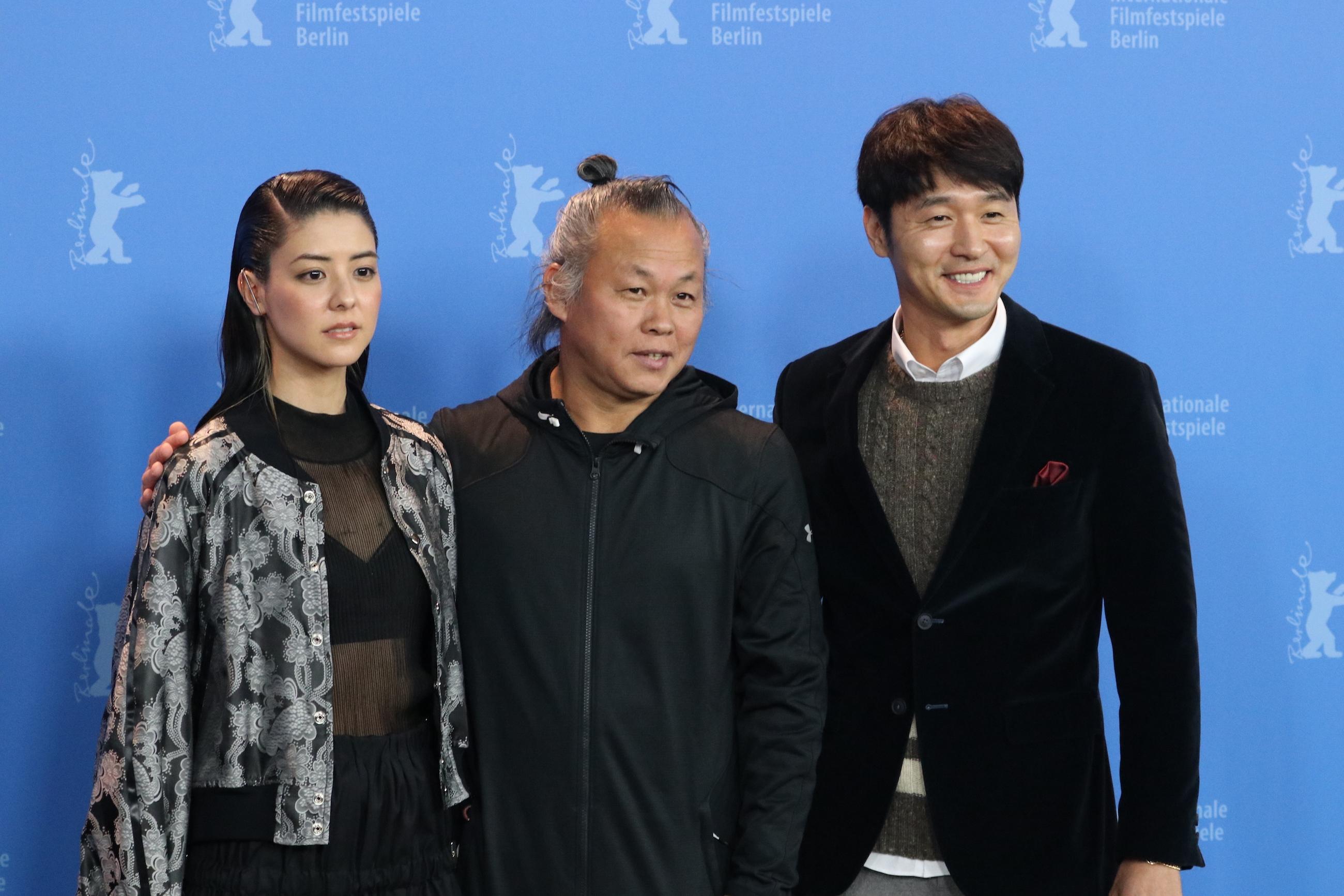 Berlino 2018: Kim Ki-duk e il cast al photocall di Human, Space, Time and Human