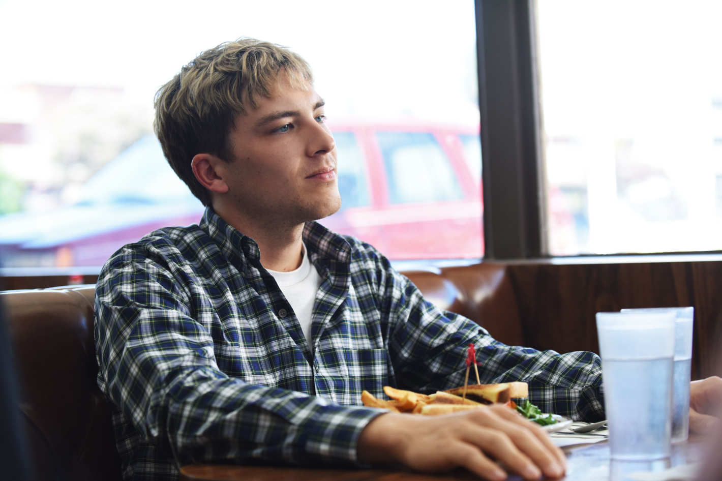 American Crime Story: Cody Fern in un momento dell'episodio House by the Lake