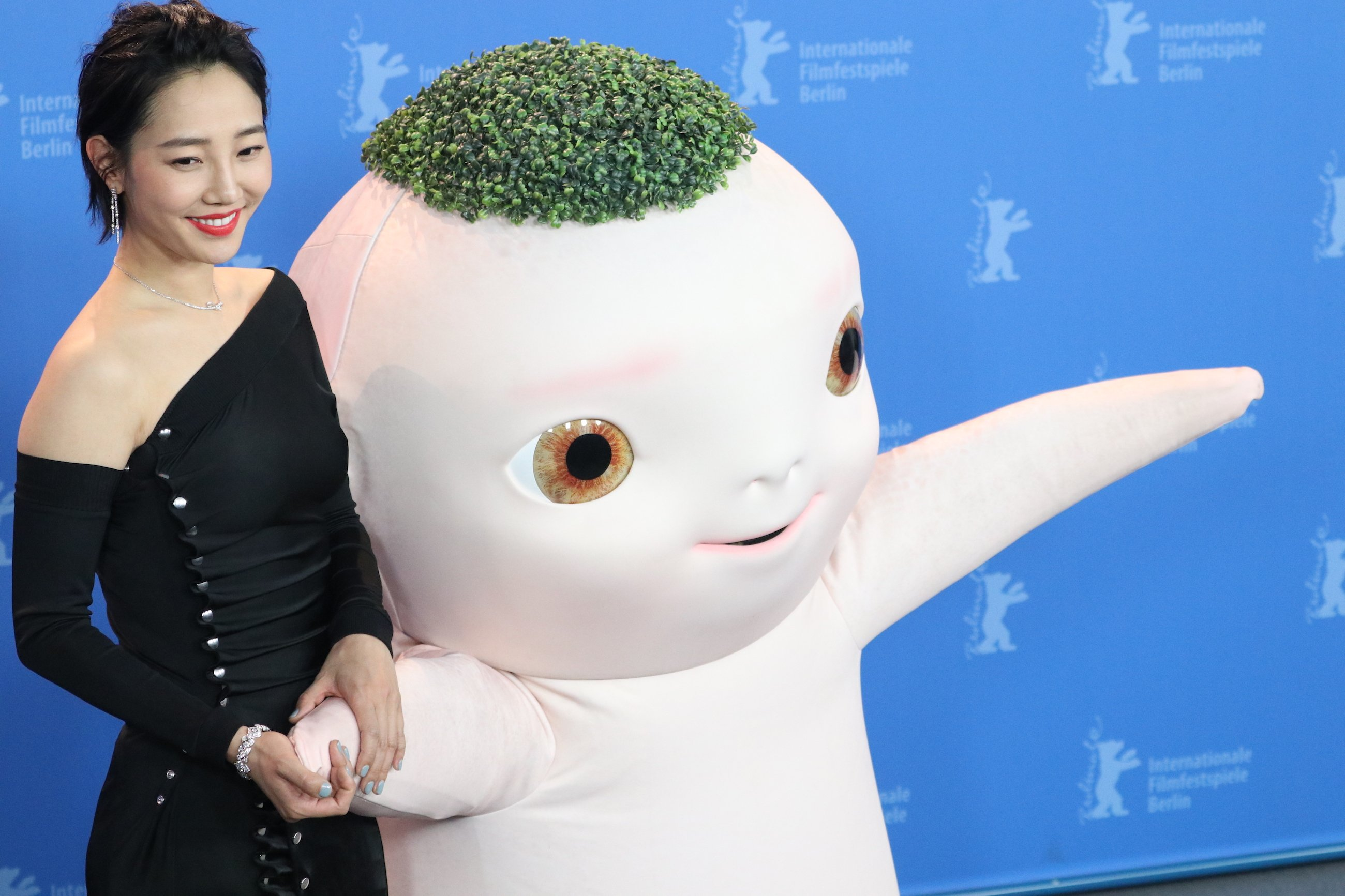 Berlino 2018: l'attrice BAI Baihe e Buba al photocall di Monster Hunt 2