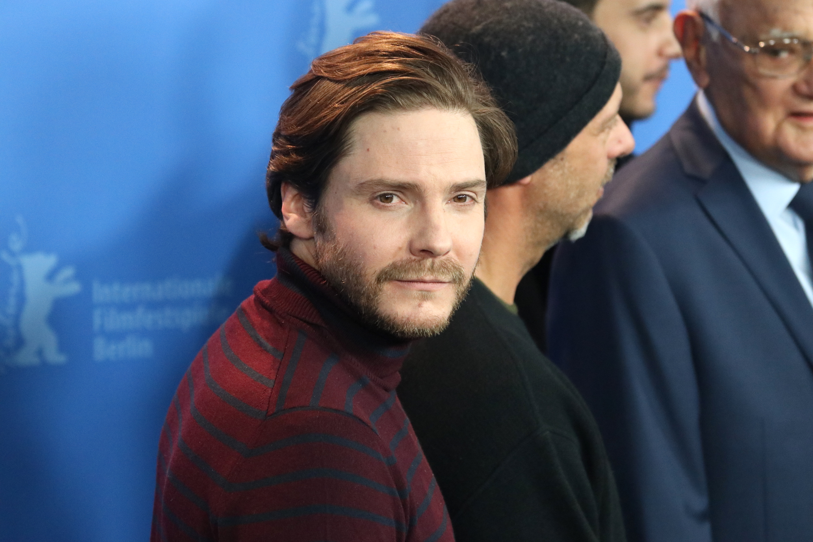 Berlino: uno scatto di Daniel Brühl al photocall di 7 Days in Entebbe