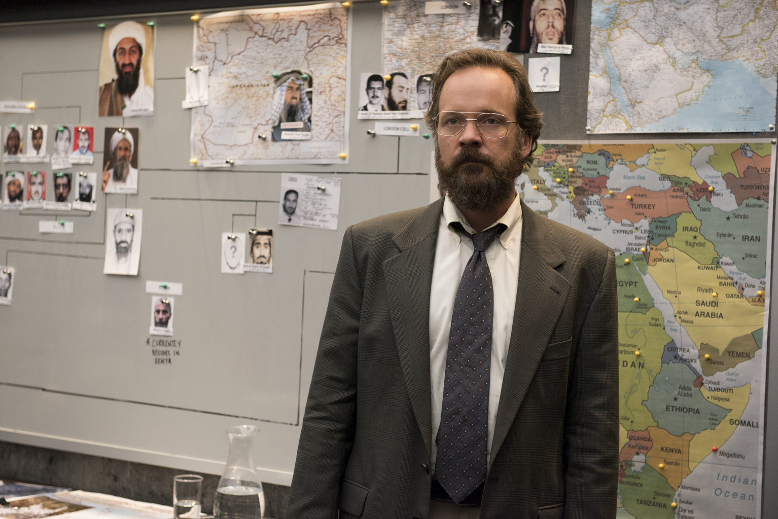 The Looming Tower: Peter Sarsgaard in una scena
