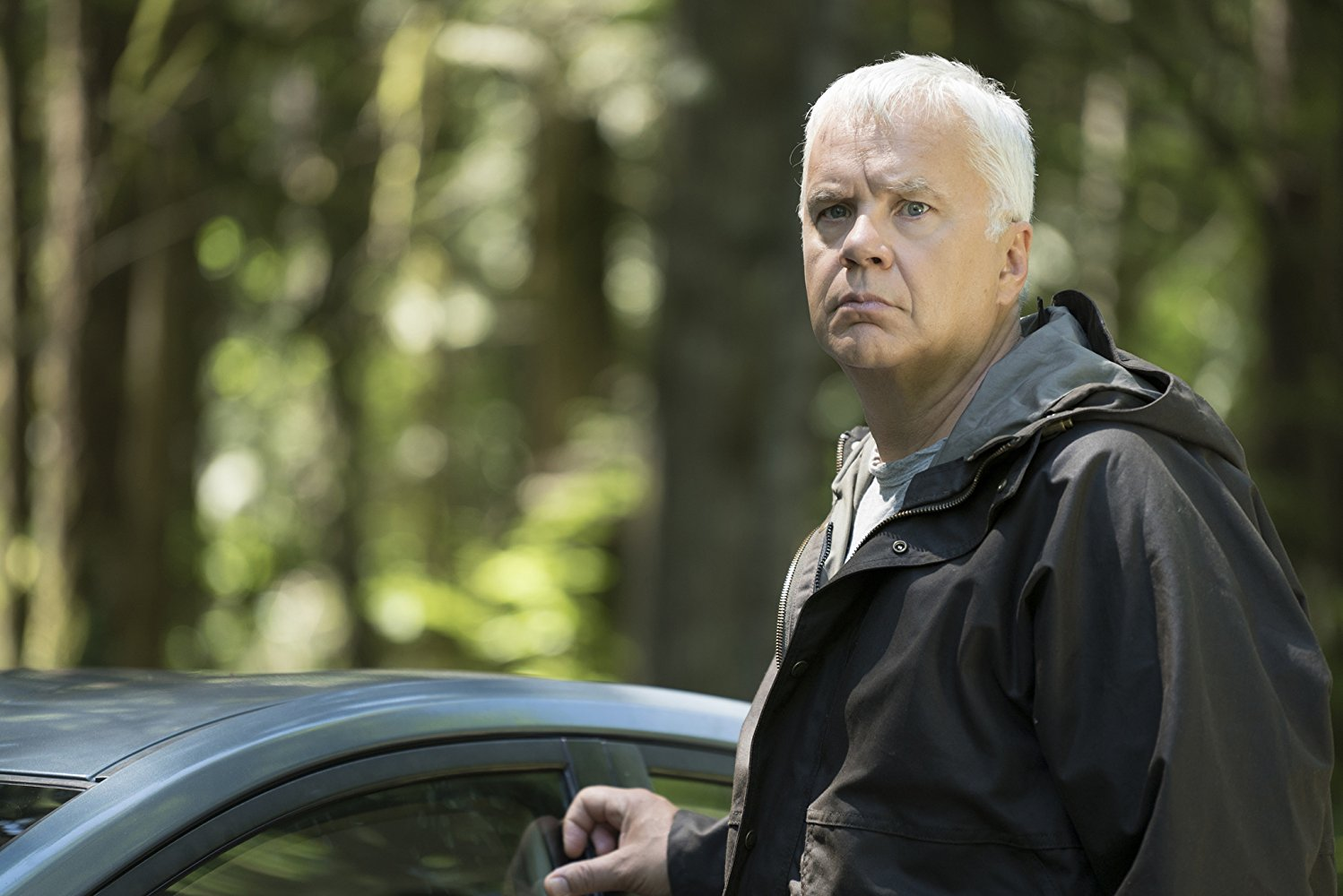 Here and Now: Tim Robbins in una scena della serie