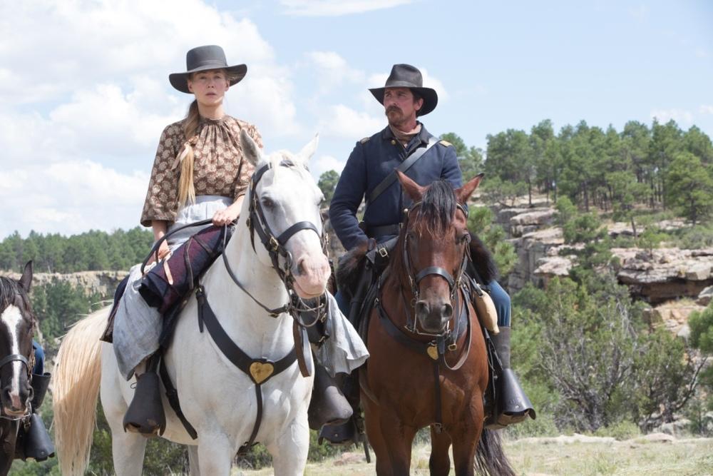 Hostiles - Ostili: Rosamund Pike e Christian Bale in una scena del film
