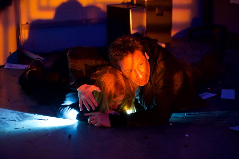 X-Files: David Duchovny insieme a Gillian Anderson nell'episodio Rm9sbG93ZXJz
