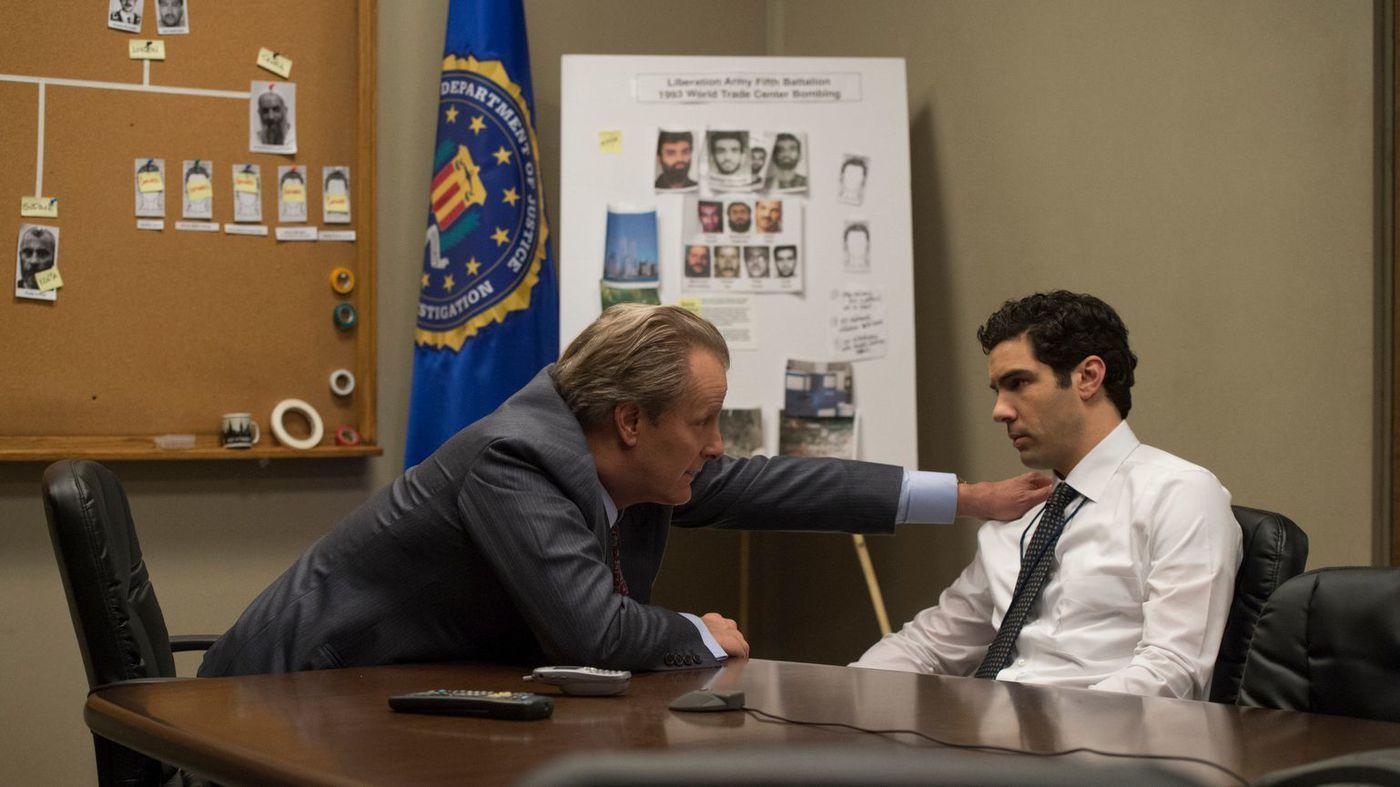 The Looming Tower: Jeff Daniels e Tahar Rahim in una scena
