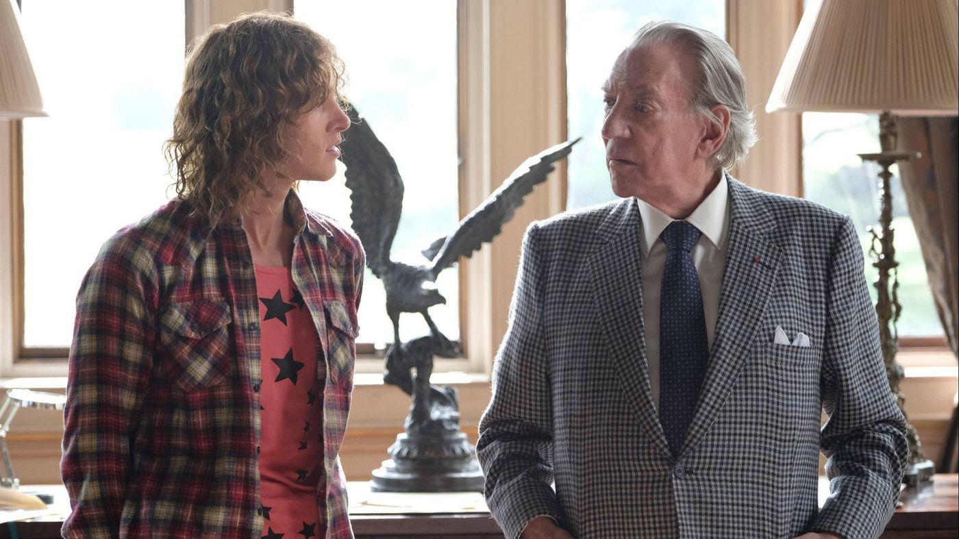 Trust: Donald Sutherland insieme a Harris Dickinson in una scena