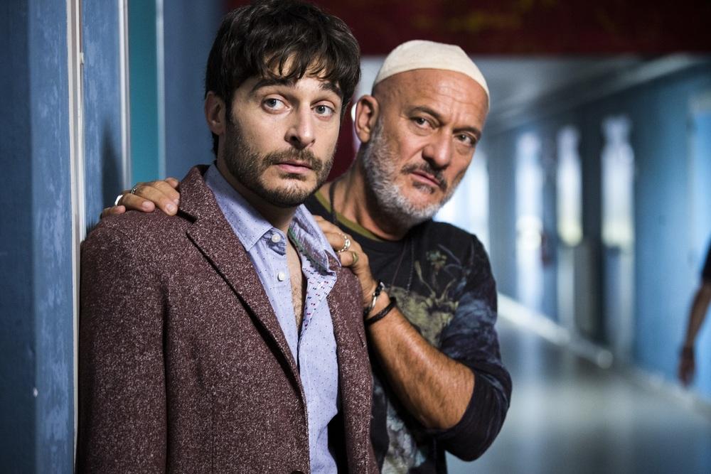 Arrivano i prof: Lino Guanciale e Claudio Bisio in una scena del film