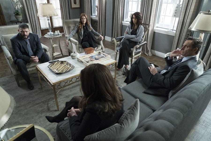 Scandal: una foto dei protagonisti nell'episodio Over a Cliff