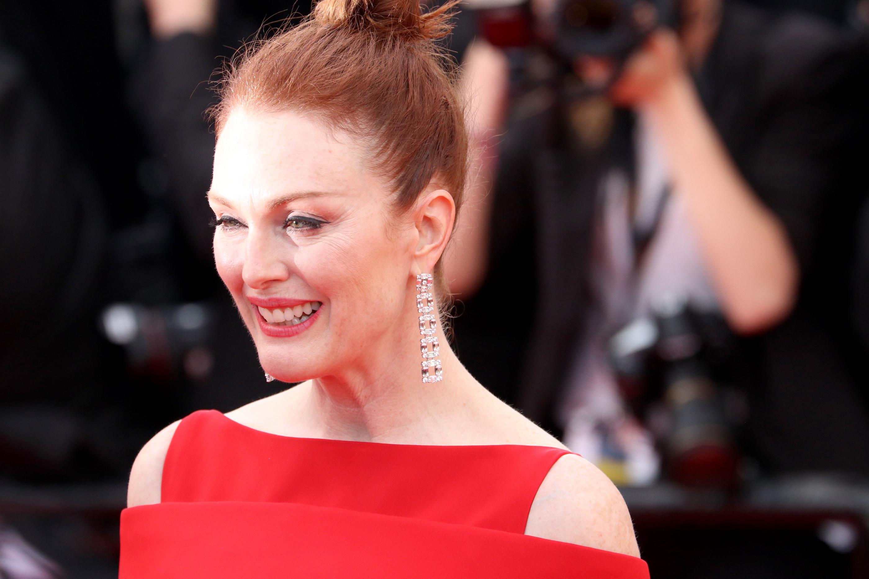 Cannes 2018: una sorridente Julianne Moore sul red carpet di apertura