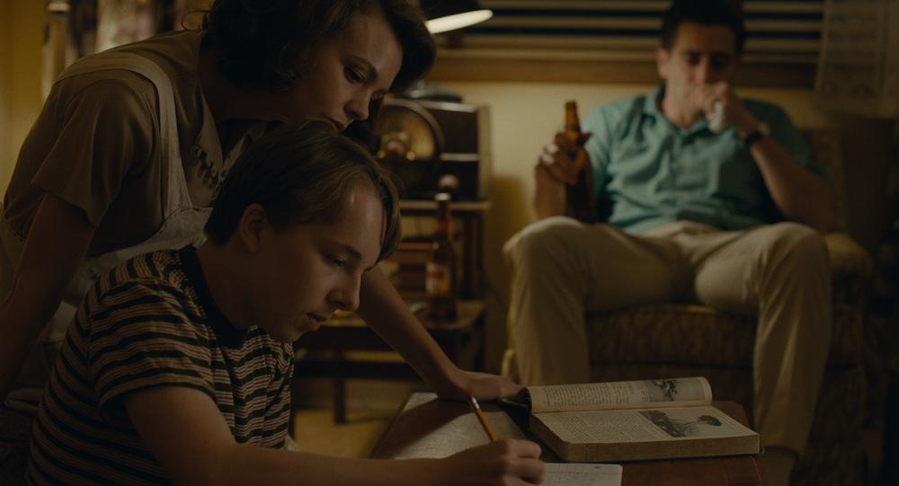 Wildlife: Carey Mulligan, Ed Oxenbould e Jake Gyllenhaal in una scena del film