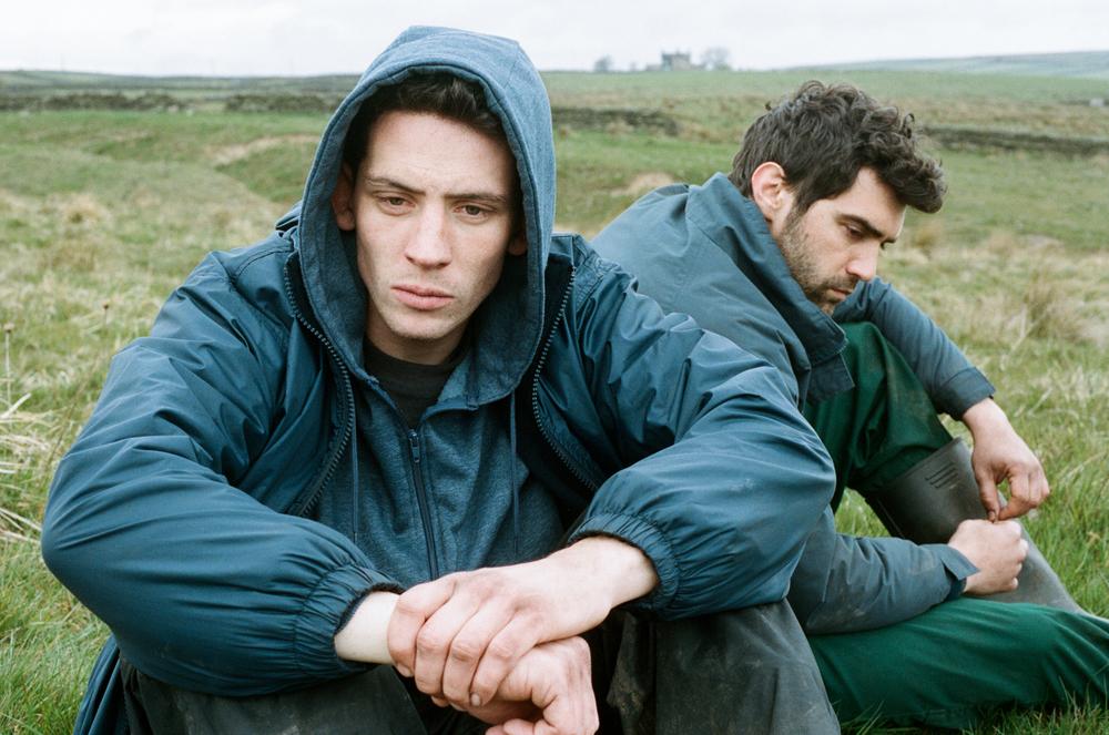 La terra di Dio: Alec Secareanu e Josh O'Connor in una scena del film